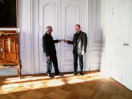 دری که سالی یک بار به روی ادبیات باز می شود| پتر انگلوند، دبیر دائمی فرهنگستان سوئد (راست) طاهر جام برسنگ (چپ)