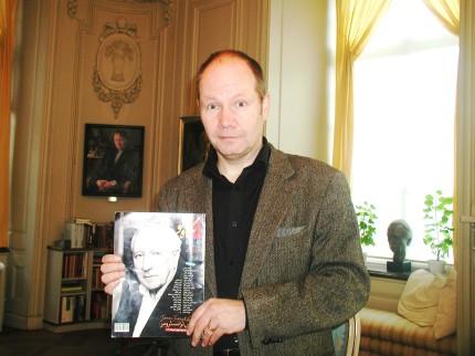 پتر انگلوند Peter Englund دبیر دائمی آکادمی سوئد با نسخه ای از مجلۀ نگاه نو ویژۀ توماس ترانسترومر